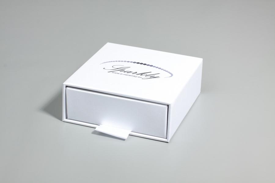 Ke každému náramku lze přikoupit třpytivě bílou dárkovou krabičku z edice Luxury, která vašemu šperk