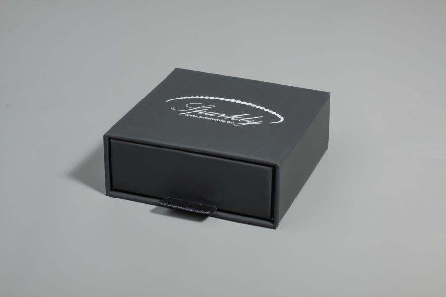 Ke každému náramku lze přikoupit černou dárkovou krabičku z edice Luxury, která vašemu šperku dodá j
