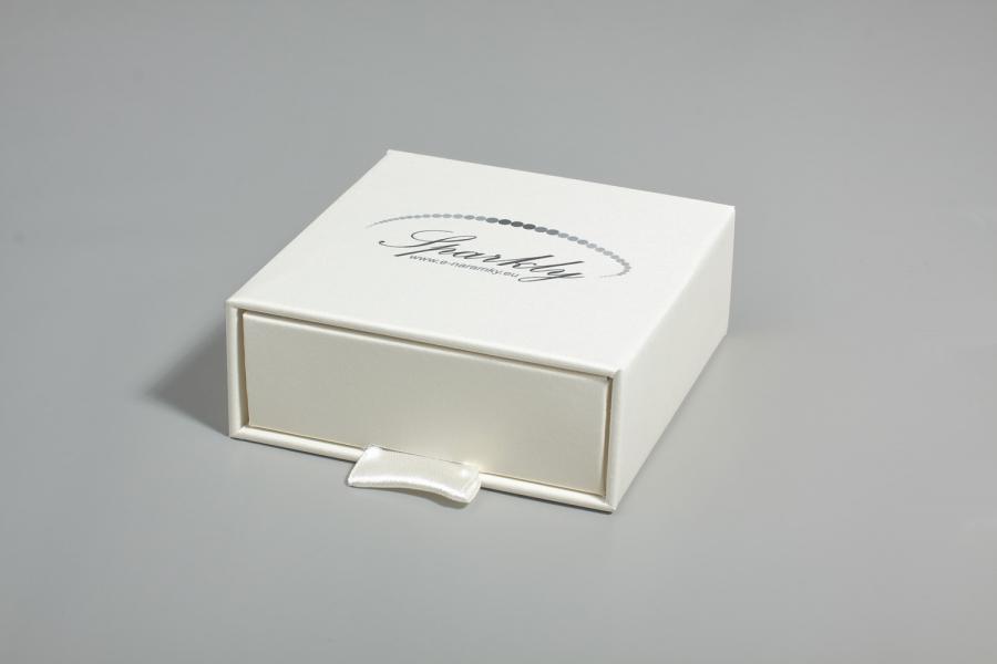 Ke každému náramku lze přikoupit třpytivou dárkovou krabičku v barvě slonovinové kosti z edice Luxur