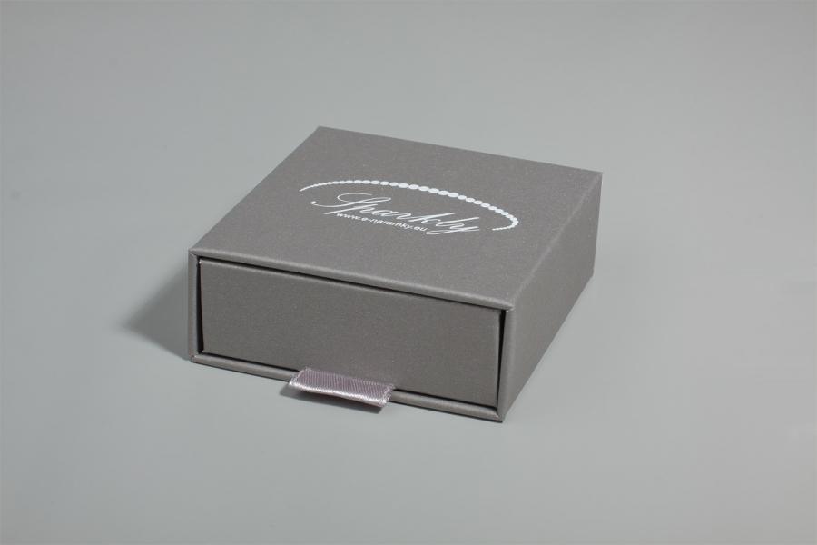 Ke každému náramku lze přikoupit třpytivě šedou dárkovou krabičku z edice Luxury, která vašemu šperk
