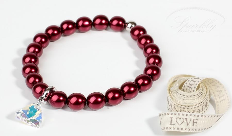 Perlový náramek Red Passion je složený z vysoce kvalitních vínových perel z české dílny a přívěsku S