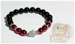 Ručně vyrobený náramek Red Hamsa je elegantní kombinací lesklého achátu, vínových českých perliček a