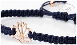 Ručně vyráběný minimalistický náramek s ikonickým macrame pletením a symbolem lotosového květu (Ag 9
